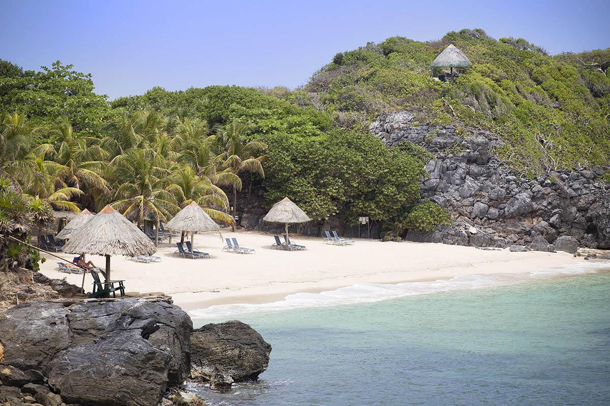 Karibská pláž s jemným bílým pískem